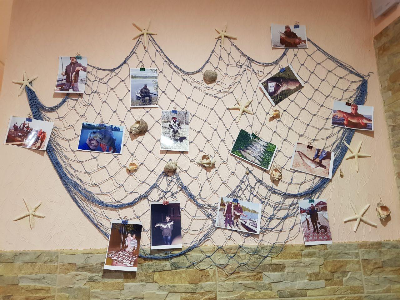 стена автографов от посетителей и трофеев рыболовная база Черкасово рыбинское водохранилище 5 - стена трофеев в гостинице